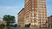 Cheap <a target='_blank' href='Cheap Hotel Deals'>hotel deals</a> - Tall streetside hotel picture